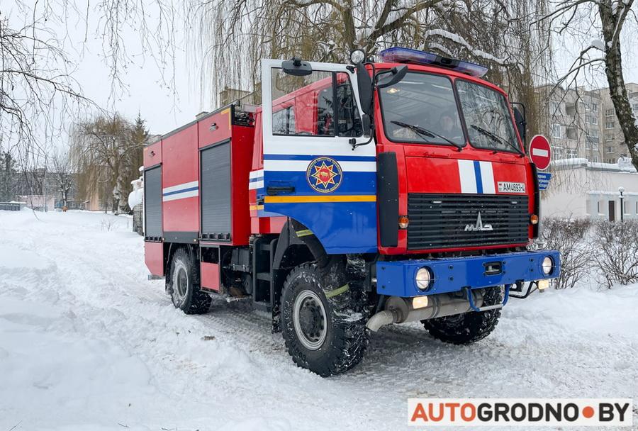 Спасатели МЧС в Гродно вытягивают автомобили и помогают людям в снежную зиму